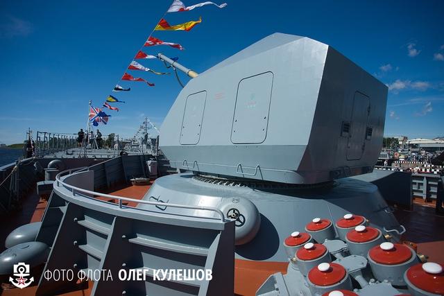 Cận cảnh pháo hạm A-190-01 trên tàu hộ tống Stoiky. Các tàu hộ tống lớp Steregushchy được thiết kế theo kiểu tàng hình và ngay cả pháo hạm trang bị trên tàu cùng có hình dáng góc cạnh để giảm độ bộc lộ radar.