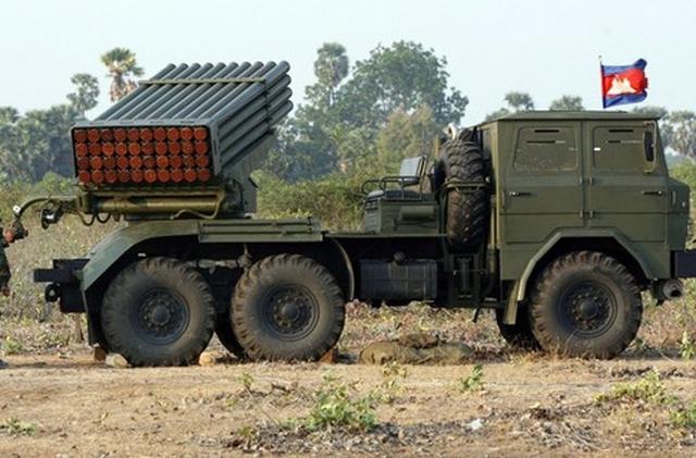 Không chỉ viện trợ vũ khí và thiết bị quân sự, Trung Quốc cũng viện trợ cho Campuchia 20 xe bốc dỡ, 4 xe bếp di động, 2 tấn hóa chất không xác định và khoảng 10 tấn phụ tùng. Trong ảnh: Pháo phản lực Type 81 122mm Campuchia tiếp nhận từ Trung Quốc.