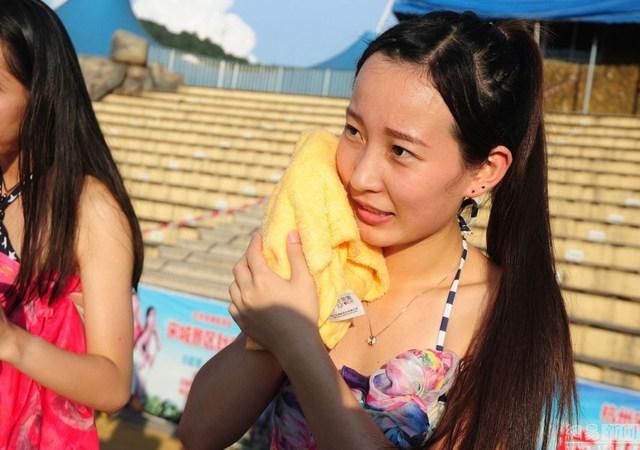 """Để giúp các cô gái rửa sạch mặt, ban tổ chức đã kê một chiếc bàn dài gần 20m, trên đó đặt 10 chiếc """"chậu vàng"""" và 10 tuýp sữa rửa mặt để các cô gái rửa sạch lớp hóa trang bên ngoài."""