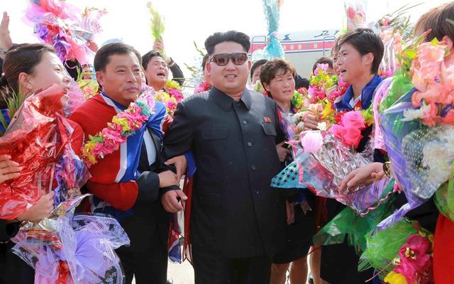 Nhà lãnh đạo Kim Jong-un tham dự lễ đón đội bóng đá nữ Triều Tiên tại sân bay quốc tế Bình Nhưỡng, sau khi giành chức vô địch tại giải bóng đá nữ Đông Á 2015.