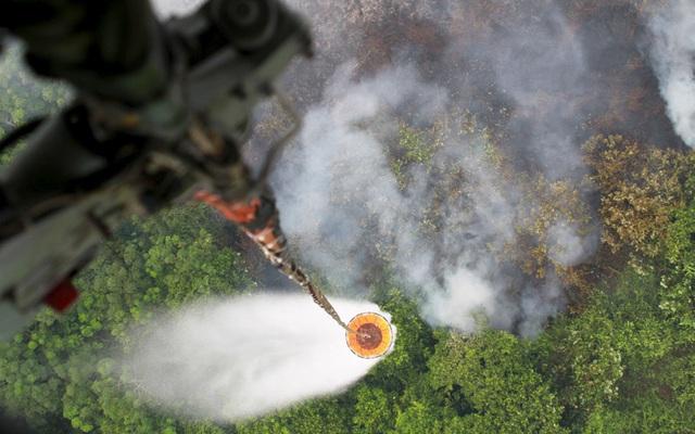 Máy bay trực thăng thả nước để dập tắt một đám cháy rừng tại huyện Kubu Raya, tỉnh Tây Kalimantan, Indonesia.