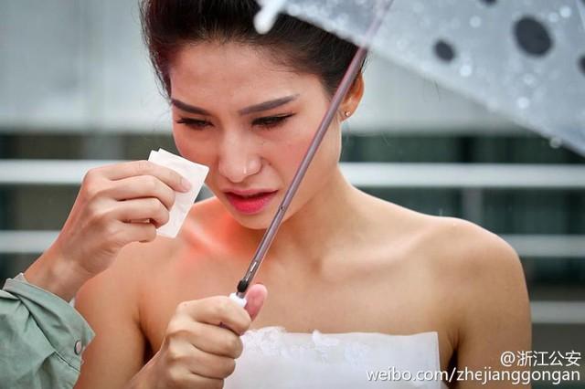 Chứng kiến chú rể về đích, cô dâu Li Suxia xúc động rơi lệ.