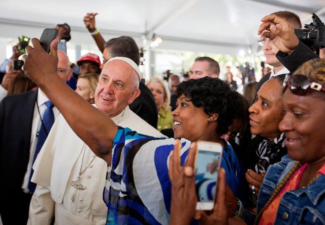 """Giáo hoàng Francis dừng lại để chụp ảnh """"tự sướng"""" với người dân ở Washington, Mỹ."""