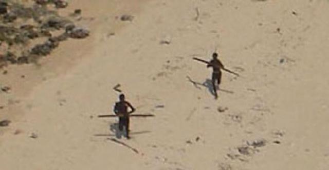 Dân đảo luôn sẵn sàng chĩa mũi giáo về phía những người lạ đặt chân lên đảo.