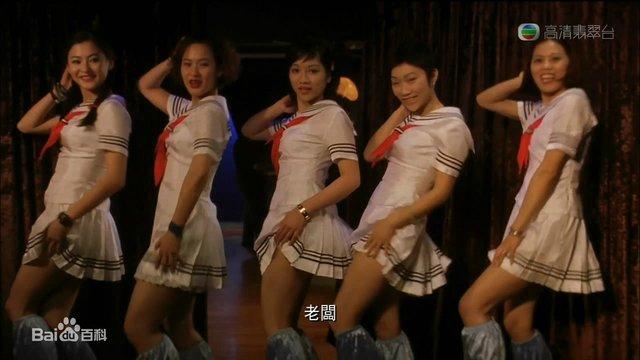 Nhân vật Liễu Phiêu Phiêu (ngoài cùng bên trái) của Trương Bá Chi trên sàn diễn.