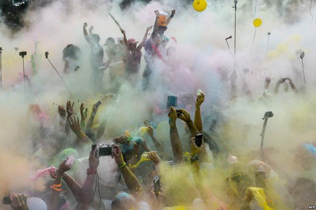 Mọi người nhảy múa tại lễ hội sắc màu ở Caracas, Venezuela.