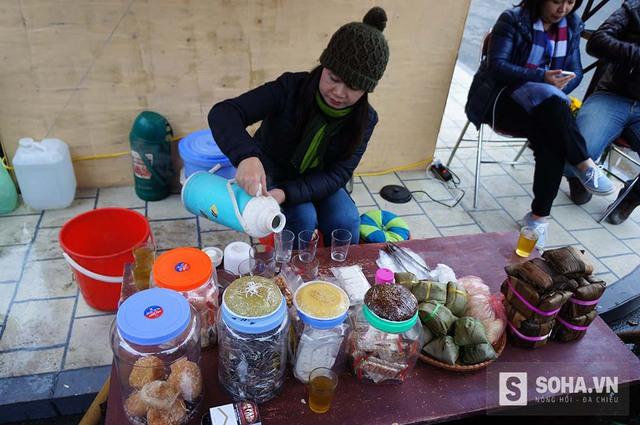 Quán nước vỉa hè gắn liền với đời sống những người dân lao động. Quán nước chỉ có trà mạn, nước vối, ít thuốc lào, vài ba thứ bánh lá như bánh nếp, bánh tẻ hoặc ít kẹo bột, kẹo dồi chó...