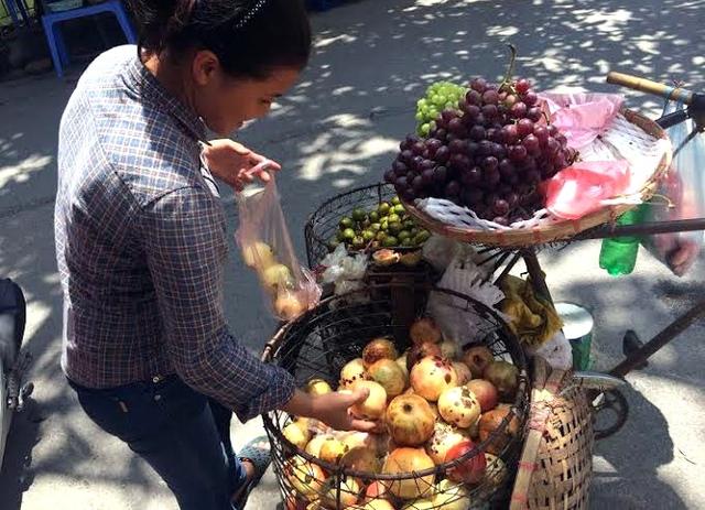 Nhiều người vô tư mua lựu, hồng mà không biết thứ quả mình ăn được nhập về từ Trung Quốc