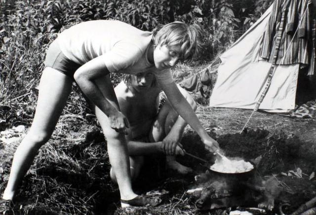 Thiếu nữ Angela Kasner chuẩn bị bữa ăn khi đi cắm trại cùng bạn bè ở Himmelpfort tháng 7/1973