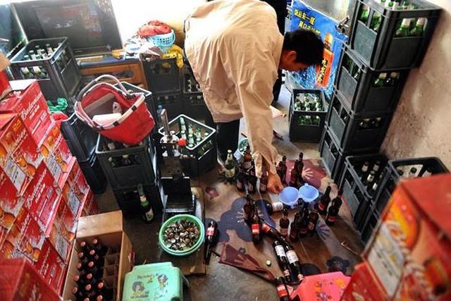 """Rượu """"nhái""""  Rượu cao cấp """"nhái"""" là một trong những xu hướng hàng """"nhái"""" đáng lo ngại nhất ở Trung Quốc. Trong một chiến dịch truy quét vào tháng 11/2014, nhà chức trách Trung Quốc đã phát hiện hơn 100.000 chai rượu giả, """"nhái"""" dán nhãn Johnie Walker, Hennessy, Remy….  Với những thành phần như nước rửa sơn móng tay, chất tẩy rửa và Methanol, những chai rượu giả, """"nhái"""" này có thể rất độc hại. Người tiêu dùng uống phải có thể bị nôn mửa, chóng mặt, tiêu chảy, thậm chí mù lòa, suy gan thận…"""
