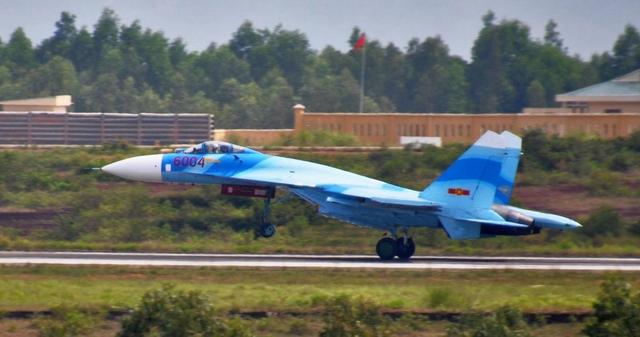 Su-27SK số hiệu 6004 với màu sơn mới