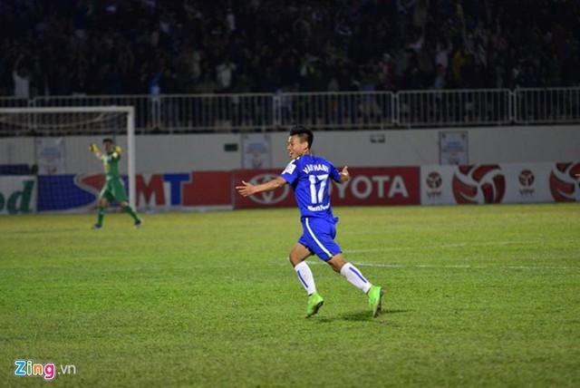 Văn Thanh ăn mừng bàn thắng