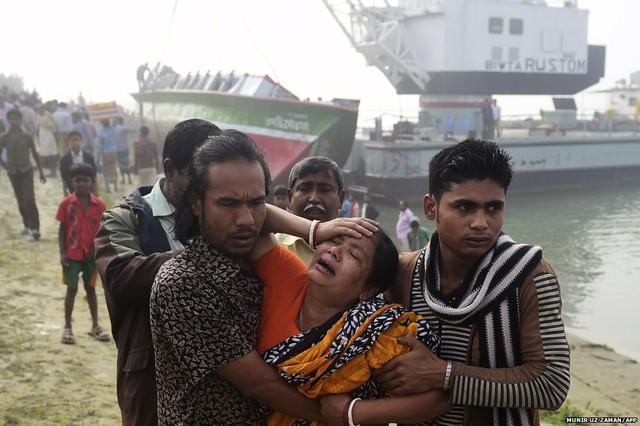 Người phụ nữ khóc ngất khi thấy thi thể người thân thiệt mạng trong vụ chìm phà ở Paturia, Bangladesh. Vụ tai nạn khiến ít nhất 70 người thiệt mạng.