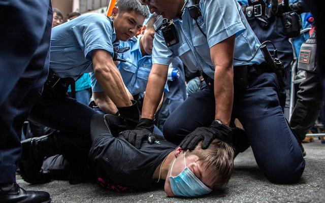Cảnh sát Hong Kong bắt giữ một người biểu tình phản đối thương mại ngang hàng giữa Hong Kong và Trung Quốc đại lục.