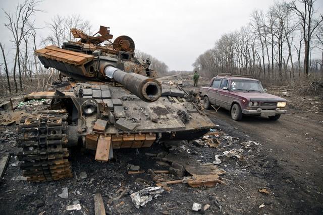 Một chiếc xe tăng hư hỏng bị bỏ lại tại thị trấn Chornukhyne, miền đông Ukraine.