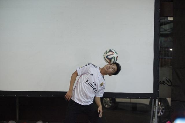 Kim Phúc trổ tài với trái bóng