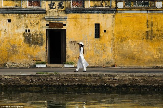 Nữ sinh mặc áo dài truyền thống nổi bật giữa khu phố cổ của Hội An.
