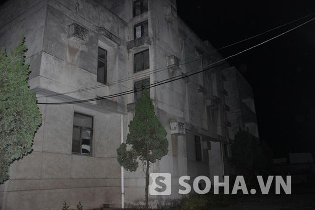 Lớp đá rửa trát ngoài căn nhà chuyển thành màu bạc khi trời tối và có ánh đèn chiếu vào