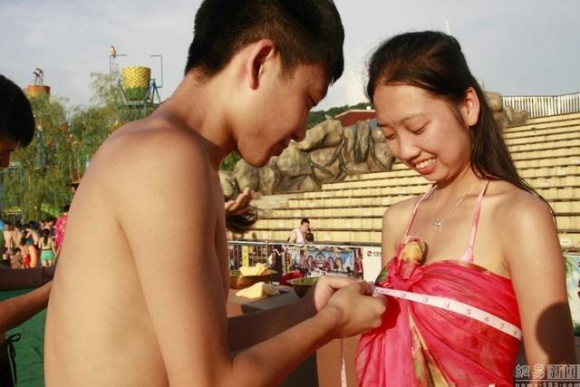 Ngoài ra, các chàng trai cũng được tự tay đo vòng ngực của các cô gái.