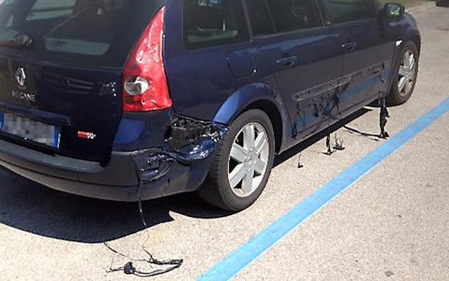 Một chiếc ô tô bị tan chảy vỏ nhựa do nắng nóng kỷ lục tại thị trấn Caorle, Italia.
