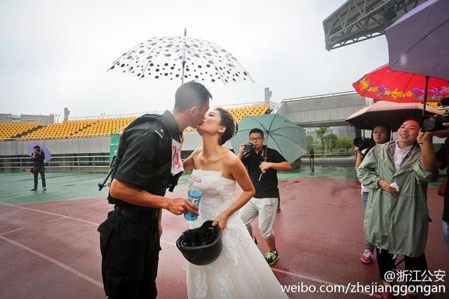 Cặp đôi đã ôm hôn nhau thắm thiết ngay tại đường đua trước sự cổ vũ của mọi người.