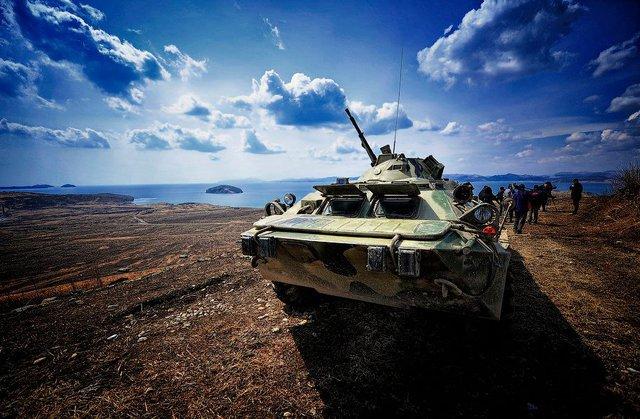 Xe bọc thép chở quân bánh lốp BTR-80 tại vùng Viễn Đông trong cuộc tập trận đổ bộ quy mô lớn vào bán đảo Kamchatka. Hiện BTR-80 vẫn đang là mẫu xe bọc thép chở quân 8x8 được biên chế với số lượng lớn trong Quân đội Nga.  Xe có khối lượng khá nhẹ nên dễ dàng băng qua vùng địa hình đầm lầy hay đổ bộ từ biển, vũ khí chính của BTR-80 là một súng máy hạng nặng KPVT 14,5 mm.