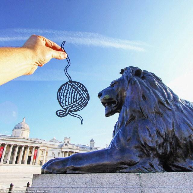 Chú sư tử ở giữa quảng trường Trafalgar Square trông giống như chú mèo đang đùa cuộn len.