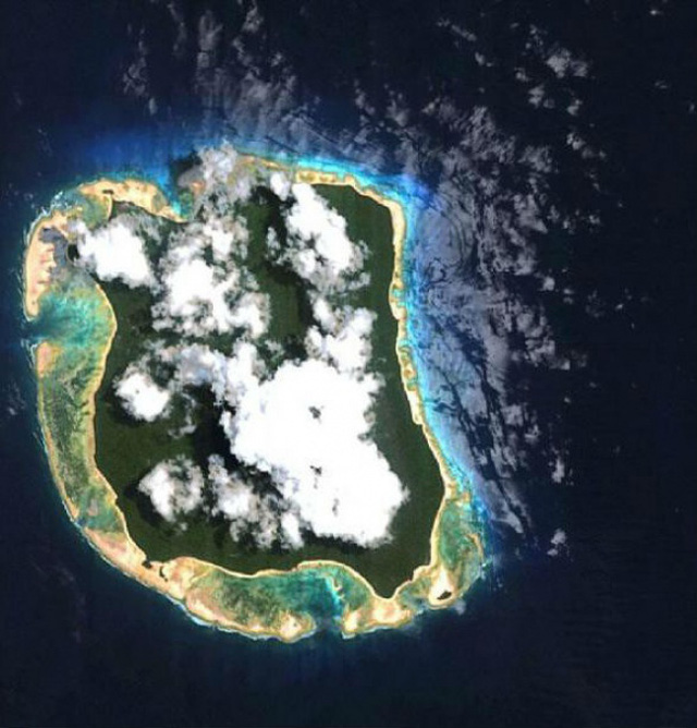 Hòn đảo bị cô lập khỏi thế giới bên ngoài nhìn từ trên cao.