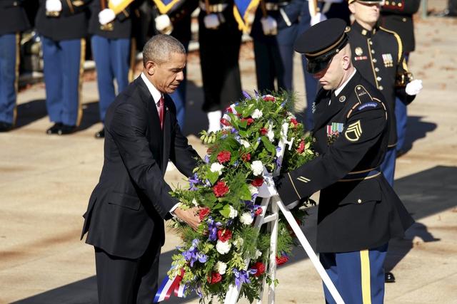 Tổng thống Mỹ Barack Obama đặt vòng hoa tại đài tưởng niệm chiến sĩ vô danh trong nghĩa trang quốc gia Arlington.