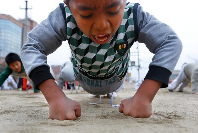Trẻ em luyện tập võ taekwondo và karate tại một lớp học tự vệ ở Kathmandu, Nepal.
