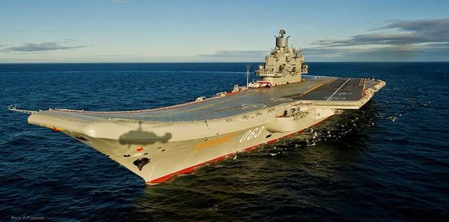 Cũng giống như tàu Liêu Minh, hàng không mẫu hạm Kuznetsov thiếu các máy phóng máy bay như các hàng không mẫu hạm của Mỹ đang sử dụng để phóng những máy bay nặng hơn, nhưng lại trang bị các vũ khí tấn công riêng có.