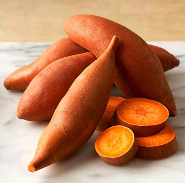 Màu cam trên vỏ khoai lang là dấu hiệu cho thấy mức carotene rất cao của loại củ này. Nhóm chất carotene giúp tăng thị lực, thúc đẩy hệ miễn dịch, chống oxy hóa và ngăn ngừa lão hóa.