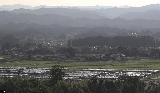 Rất nhiều túi chứa đất và rác thải tại Fukushia chất đầy tại thị trấn Nahara.
