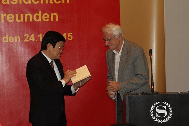 Chủ tịch nước Trương Tấn Sang nhận tập thơ Chế Lan Viên dịch sang tiếng Đức của một người bạn Đức - Ảnh: V.V.Thành