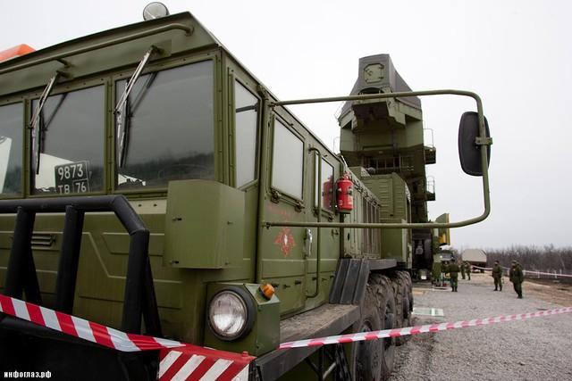 1 tổ hợp Topol-M hoàn chỉnh gồm 10 silo tên lửa cùng 1 trạm chỉ huy. Việc nạp tên lửa vào hầm phóng được thực hiện thông qua 1 rơ-moóc đặc biệt.