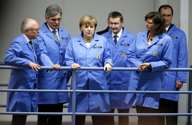 Thủ tướng Đức Angela Merkel và Giám đốc điều hành Siemens Joe Kaeser (thứ 2 từ bên trái) tại nhà máy của Siemens ở Amberg, Đức.