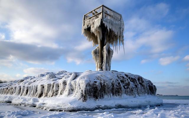 Ngọn hải đăng bị bao phủ bởi băng tuyết do nhiệt độ xuống thấp tại hồ Michigan ở thành phố Chicago, Mỹ.