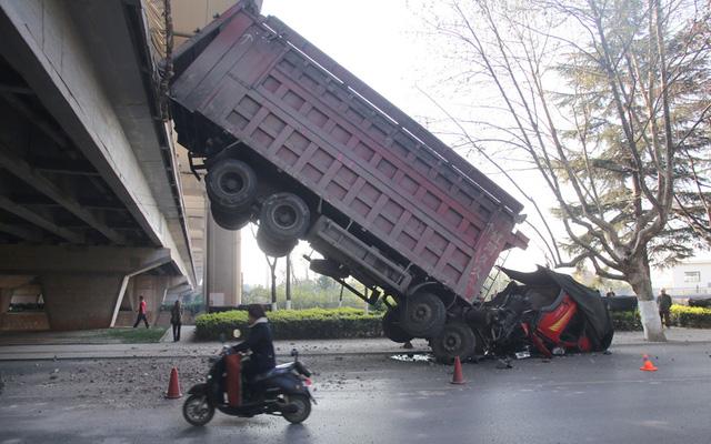 Một chiếc ô tô tải lao khỏi cầu cạn tại thành phố Côn Minh, tỉnh Vân Nam, Trung Quốc.