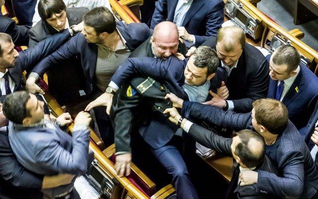 Các nghị sĩ ẩu đả với nhau trong một phiên họp tại quốc hội Ukraine ở thủ đô Kiev.