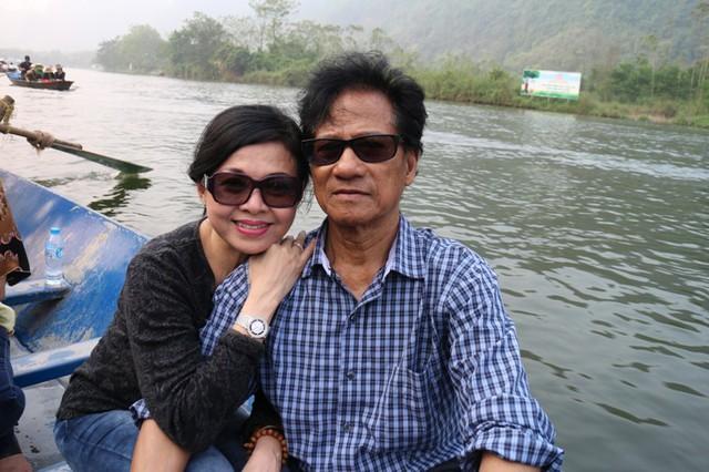 Ngồi thuyền ngắm cảnh sắc thiên nhiên, vợ Chế Linh tình cảm nép sát vào vai chồng để chụp hình kỷ niệm.