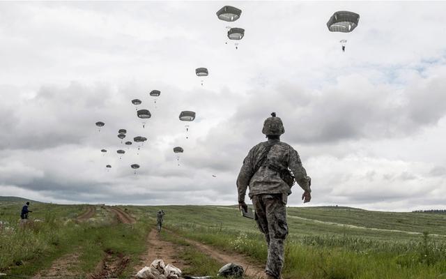 Lính dù Mỹ tham gia cuộc tập trận của NATO gần ngôi làng Ramjan ở Kosovo.