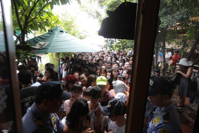 Việc quá đông người đến khiến cho lực lượng bảo vệ phải vất vả để hướng dẫn và ổn định trật tự.