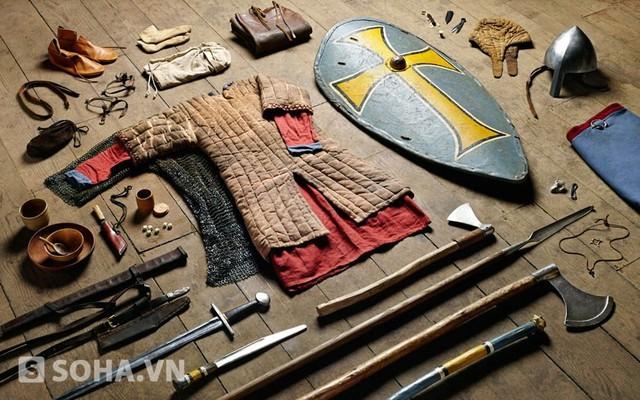 Trang bị của các chiến sĩ Anglo-Saxon trong chiến dịch Hastings năm 1066. Trong cuộc chiến này, sự lựa chọn vũ khí dành cho các binh sĩ là rất đa dạng.