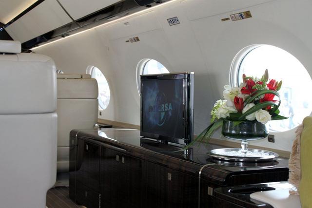 Trên chuyến cơ còn có các màn hình TV cỡ lớn và các ứng dụng iPhone giúp điều khiển màn hình, cùng các ánh sáng được thiết kế dễ chịu.