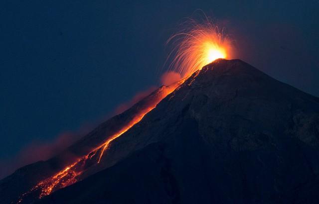 Dung nham phun trào từ miệng núi lửa Volcan de Fuego ở San Juan Alotenango, Guatemala.