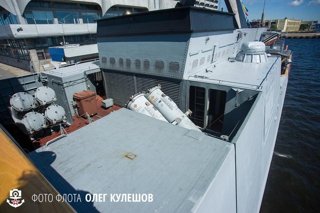 Khoảng giữa phần thượng tầng và ống khói là nơi lắp đặt 2 bệ phóng của tên lửa hành trình chống hạm Uran.