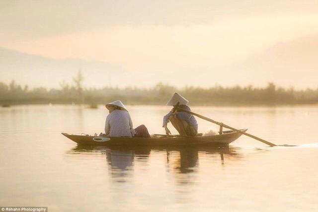 Bức ảnh khoảng lặng giữa 2 ngư dân.