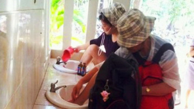Hành vi đưa chân lên bồn rửa mặt, rửa tay của du khách Trung Quốc thậm chí đã khiến giới chức nước này muối mặt. Tổng cục Du lịch Trung Quốc và cả Chủ tịch Tập Cận Bình đã nhiều lần kêu gọi người dân khi ra nước ngoài cần tôn trọng văn hóa địa phương.