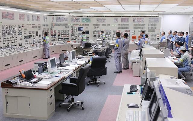 Các kỹ sư khởi động lại lò phản ứng hạt nhân từ phòng điều khiển trung tâm tại nhà máy điện hạt nhân Kyushu ở tỉnh Kagoshima, Nhật Bản. Đây là nhà máy điện hạt nhân đầu tiên của Nhật Bản hoạt động trở lại sau thảm họa hạt nhân Fukushima năm 2011.