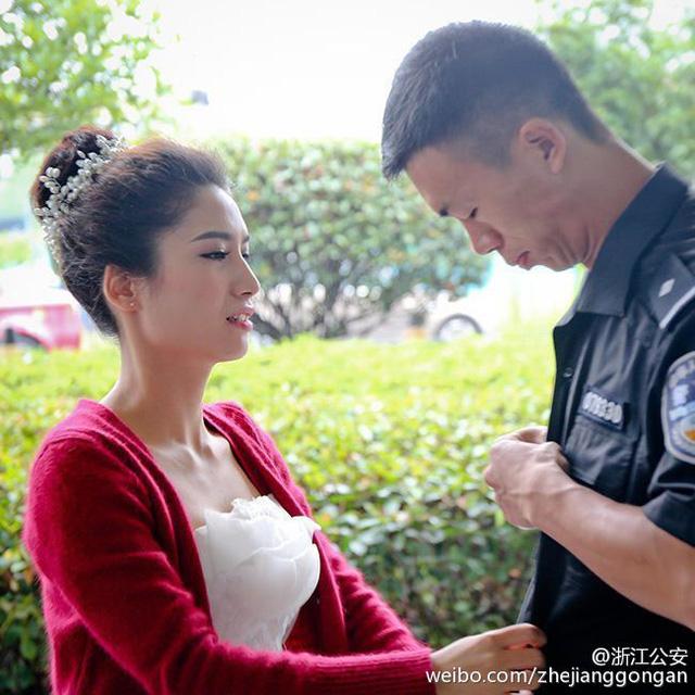 Sau khi được đăng tải lên mạng, những bức ảnh ghi lại cảnh cô dâu Li Suxia đội mưa gió, ra tận đường chạy cổ vũ cho chú rể đã khiến cư dân mạng Trung Quốc rất xúc động, tài khoản Weibo chính thức của Sở Cảnh sát Chiết Giang cho hay.
